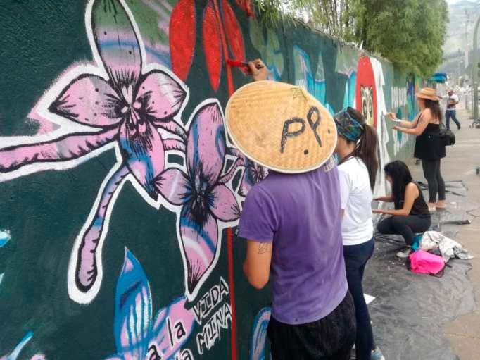 Jóvenes llenaron de colorido el espacio público para concientizar a la ciudadanía.